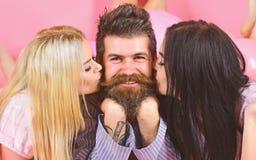 Lekmanna- near ballonger för Threesome, lycklig grabb på att le framsidan Mannen med skägget och mustaschen tilldrar blondin- och royaltyfri fotografi