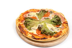 Lekmanna- pizza för lägenhet med grönsallat och tomaten med kopieringsutrymme över vit bakgrund Royaltyfri Foto