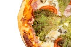 Lekmanna- pizza för lägenhet med grönsallat och tomaten med kopieringsutrymme över vit bakgrund Arkivbilder