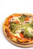 Lekmanna- pizza för lägenhet med grönsallat och tomaten med kopieringsutrymme över vit bakgrund Royaltyfria Foton