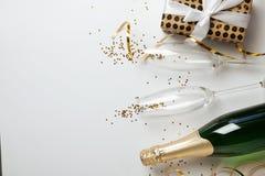 Lekmanna- sammansättning för idérik lägenhet med flaskan royaltyfria bilder