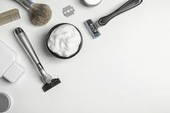 Lekmanna- sammansättning för lägenhet med man` s som rakar tillbehör och utrymme för text royaltyfria bilder