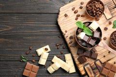 Lekmanna- sammansättning för lägenhet med olika sorter av choklad på trätabellen och utrymme fotografering för bildbyråer