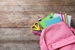 Lekmanna- sammansättning för lägenhet med ryggsäcken, skolabrevpapper och utrymme för text royaltyfri bild