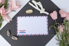 Lekmanna- sammansättning för lägenhet med skal, korall, kuvertet och blommor Arkivbilder