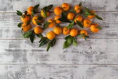Lekmanna- sikt för lägenhet av nya mandarines på trätabellen Royaltyfria Foton
