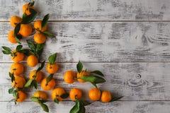 Lekmanna- sikt för lägenhet av nya mandarines på trätabellen Royaltyfri Bild
