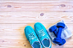 Lekmanna- skott för lägenhet av sportutrustning, skor på träbakgrund Royaltyfria Foton