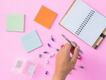 Lekmanna- stationärt för lägenhet på rosa bakgrund royaltyfri fotografi