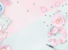 Lekmanna- vitlägenhet Top beskådar Mars 8th Internationell dag för kvinna` s Pibackground Vit vas, vit påse, röda rosor på vit ba Royaltyfri Bild