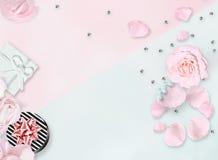 Lekmanna- vitlägenhet Top beskådar Mars 8th Internationell dag för kvinna` s Pibackground Vit vas, vit påse, röda rosor på vit ba Arkivfoto