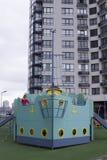 Lekplats för barn` s i bakgrunden av affärsmitten Fotografering för Bildbyråer