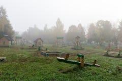 Lekplats för barn` s i lilla staden av den dimmiga morgonen för höst Arkivbilder