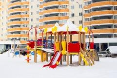 Lekplats för barn` s i vinterlandskap Arkivfoto