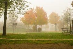 Lekplats i dimman Arkivfoto