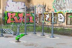 Lekplats med konditionutrustning och kaotiska grafitti Royaltyfri Fotografi