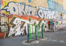 Lekplats med konditionutrustning och kaotiska grafitti Arkivfoton