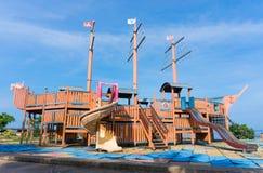 Lekplats på den offentliga adressen med bakgrund för blå himmel Arkivfoto
