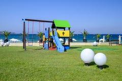 Lekplats på en glänta nära havet arkivbild