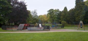 Lekplatsen i formellt parkerar Arkivbild