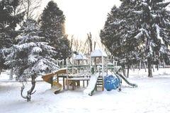Lekplatsen i vintern parkerar Filialerna av gran-trädet som täckas av snö Royaltyfria Bilder