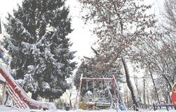 Lekplatsen i vintern parkerar Filialerna av gran-trädet som täckas av snö Royaltyfria Foton