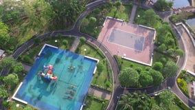 Lekplatsen parkerar överkanten för den surrAriel sikten, och trädet kopplar av gränsmärket Royaltyfria Foton