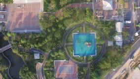 Lekplatsen parkerar överkanten för den surrAriel sikten, och trädet kopplar av gränsmärket Arkivbild