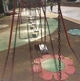 Lekplatsgunga i en parkera Royaltyfri Bild