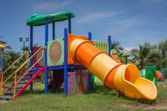 Lekplatsutrustning för barn i parkera Arkivfoton