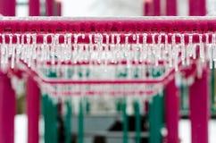Lekplatsutrustning som täckas med is efter en isstorm Arkivbild