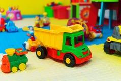 Lekrum med olika leksaker Arkivfoton
