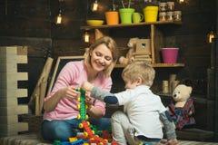 Lekrumbegrepp Lekrummet är var fantasi blir vild Moder- och barnlek med leksaktegelstenar i lekrum Moder och royaltyfri fotografi