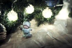 Leksakängel under julgranen Royaltyfri Bild
