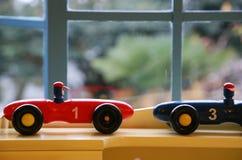 Leksak av bilen vid fönstret Fotografering för Bildbyråer