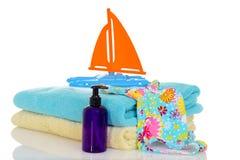 Leksak för barnbaddräkthanddukar som är klar för strand Fotografering för Bildbyråer