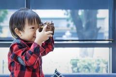 Leksak för barnlek i coffee shop Den wood leksaken i barnhand arkivfoton