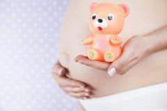 Leksak lycklig gravid kvinna royaltyfri bild