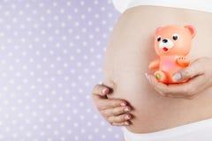 Leksak lycklig gravid kvinna royaltyfria foton