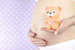 Leksak lycklig gravid kvinna arkivfoto