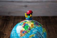 Leksak och jordklotet på träbsckground fotografering för bildbyråer