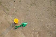 Leksak och sand på stranden Royaltyfri Foto