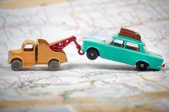 Leksakbärgningsbil som bogserar en leksakbil Royaltyfri Foto