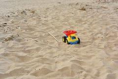 Leksakbil i sanden Arkivbild