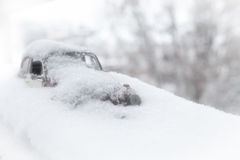 Leksakbil i snö Arkivfoton