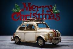 Leksakbil med tecknet för glad jul Royaltyfri Bild