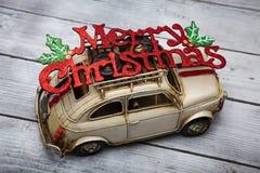 Leksakbil med tecknet för glad jul Royaltyfria Foton