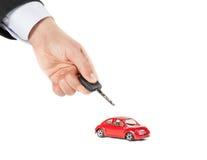 Leksakbil och nyckel- begrepp för bil för försäkring, köpande, hyra, bränsle eller service och reparationskostnader Arkivbild