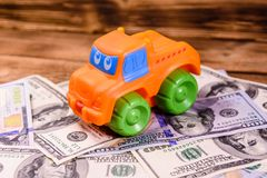 Leksakbil på hundra dollarräkningar royaltyfria bilder
