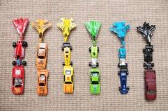 Leksakbilsamling på matta Sorterat av färg Trans.-, flygplan-, nivå- och helikopterleksaker för barn, miniatyr modellerar Fotografering för Bildbyråer